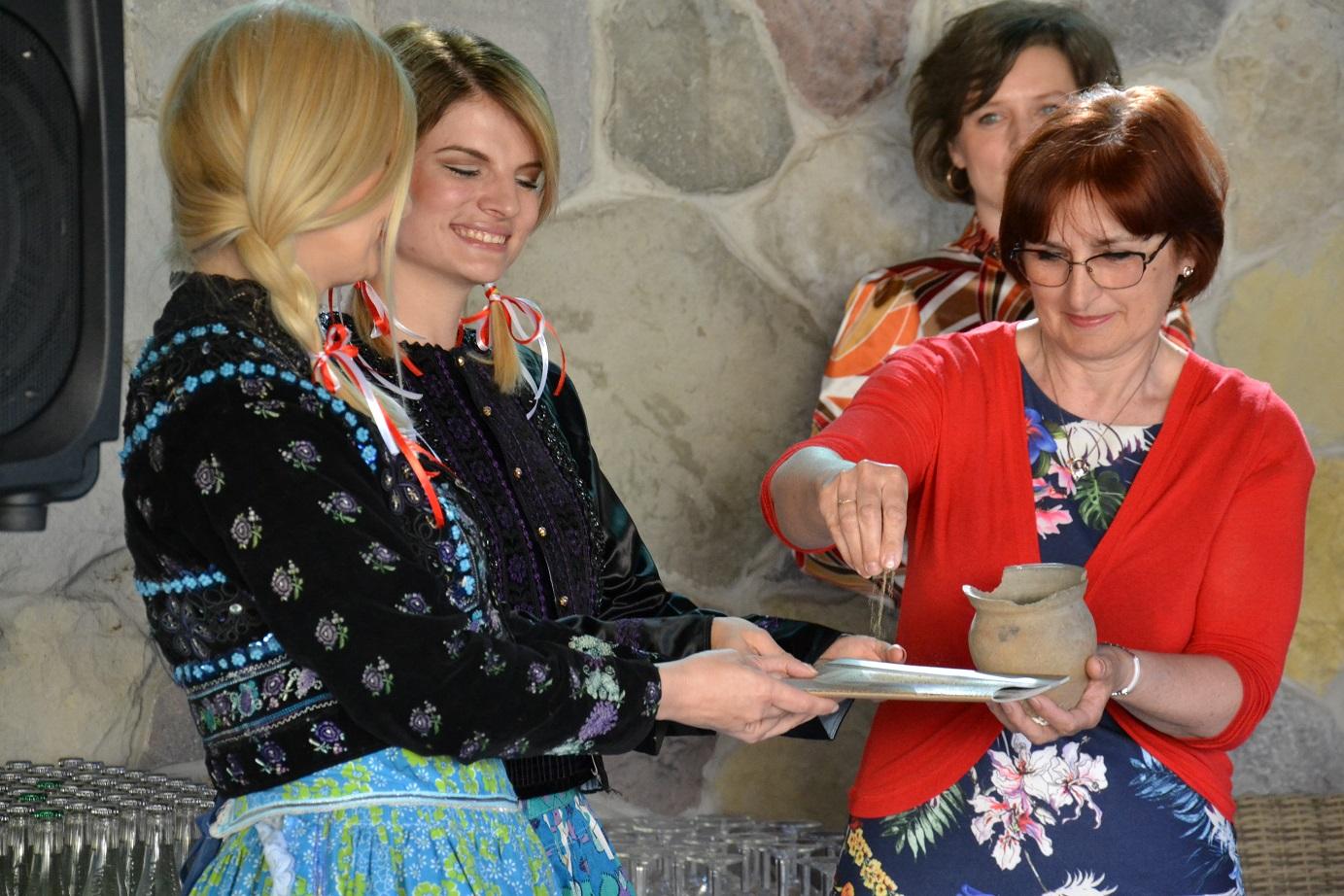 0177516ad54c Pokrstili sme novú knižku o Leviciach - Katalóg firiem