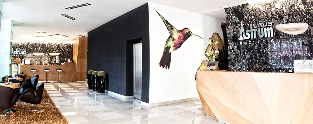 34ded33bfaf08 Hotelová reštaurácia s kapacitou pre 70 osôb je posuvnými stenami prepojená  s dvomi kongresovými sálami s celkovou kapacitou 300 miest a preskleneným  ...